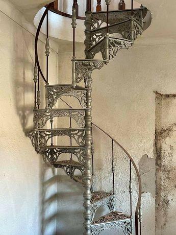 Escada caracol em ferro trabalhado