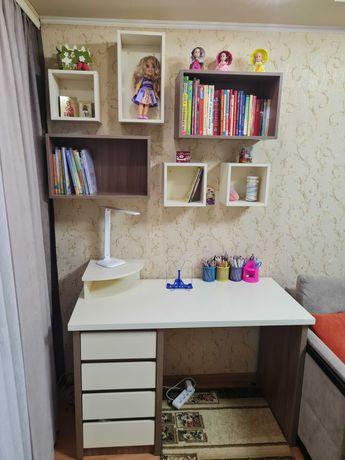 Письменный стол и полки, состояние нового