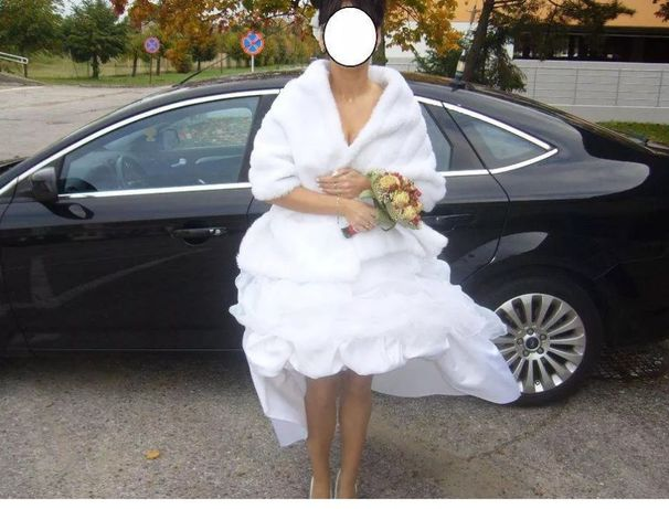 Suknia ślubna biała asymetryczna - rozm. 38 z pelerynką z norki.