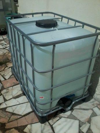 Depósito de 600 litro com palete de plástico
