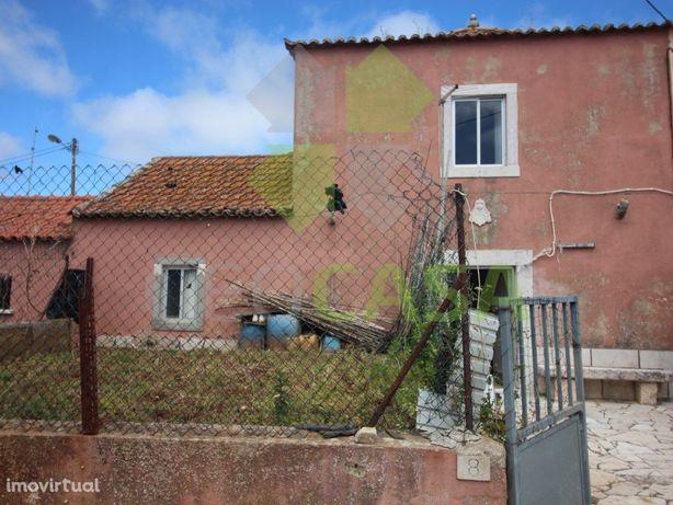 Pequena moradia V2 p/ recuperação em Montelavar