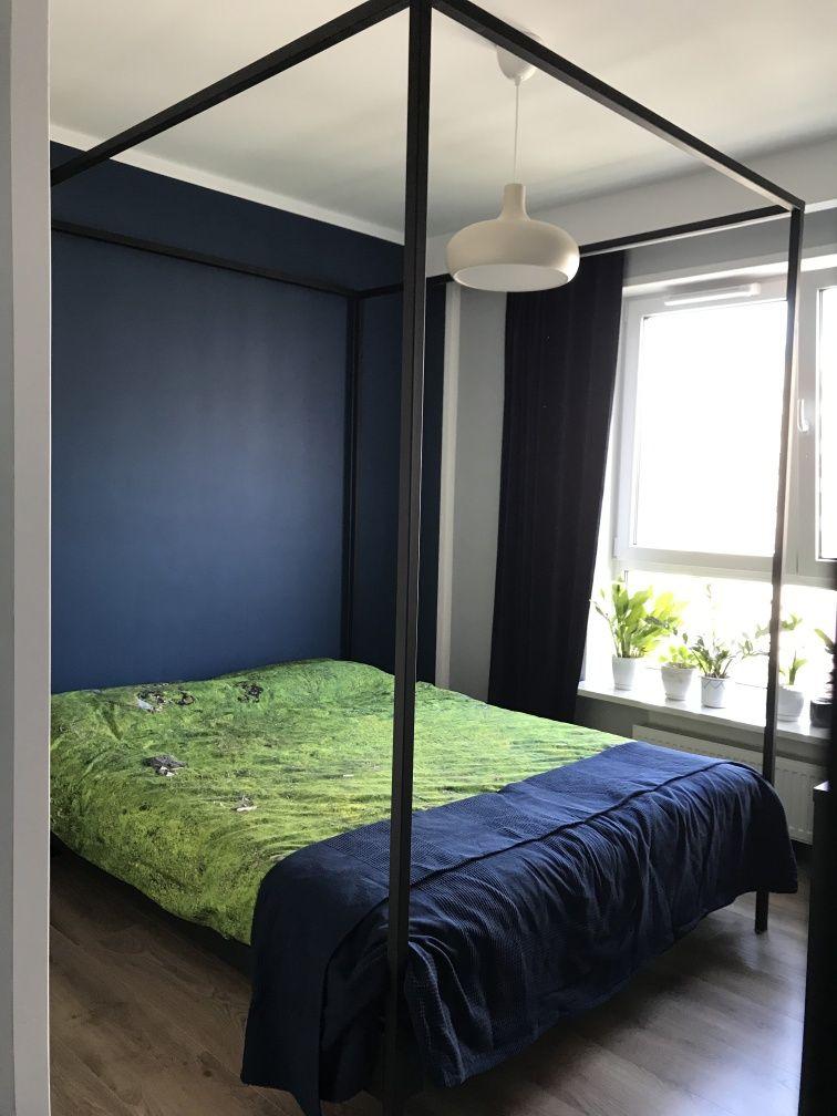 Rama łóżka z baldachimem . Łóżko loft .