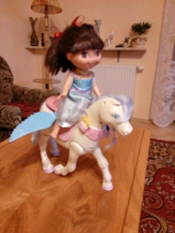 Konik z lalką Dora