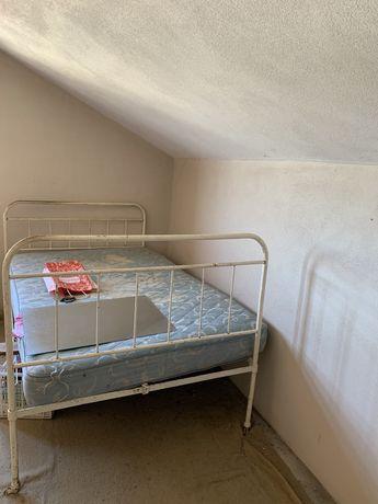 Estrutura de cama de ferro antiga para restauro