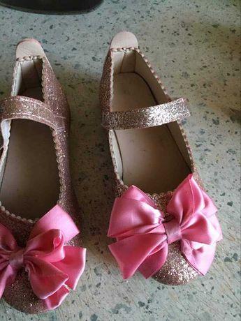 Śliczne buciki dla małej damy