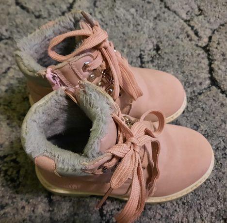 Взуття дитяче на дівчинку.