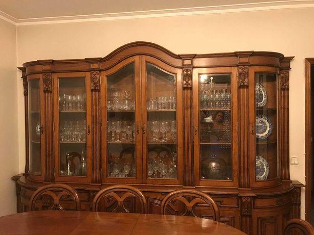 Conjunto de móveis de sala de jantar.