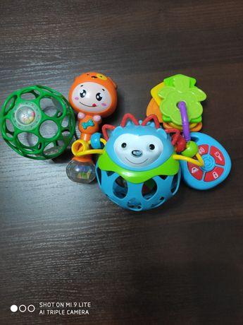 Zestaw zabawek dla niemowlaka.