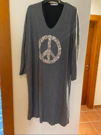 Vestido comprido com aplicação com o símbolo da paz