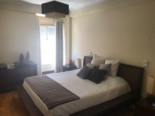 Mobilia de quarto de casal moderna como nova