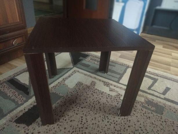 Mały brązowy stolik.