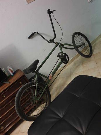 Bicicleta fábricada em casa