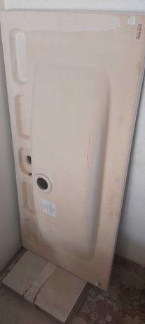 móvel de casa de banho suspenso com lavatório.