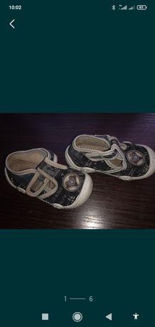 Макасины и кроссовки размер 22(длина стельки 13 см и 13,6см)