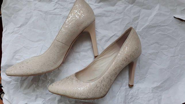 Женские светлые туфли