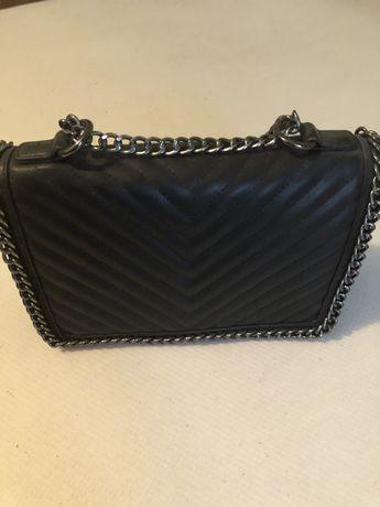 czarna mała torebka na łańcuszku