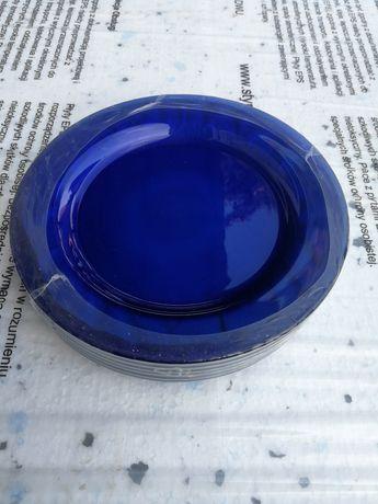 Talerze z niebieskiego szkła