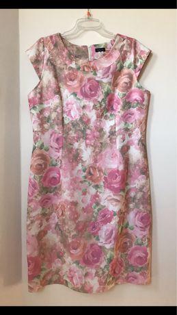 Prosta jasnoróżowa sukienka w pastelowe kwiaty 46 48