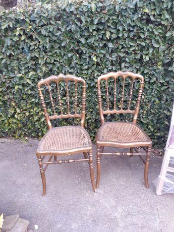 Duas cadeiras de madeira douradas com acento em palhinha 25€ cada