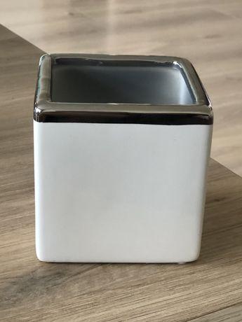 Doniczka osłonka ceramiczna kwadratowa biało srebrna