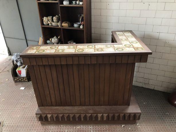 Móvel bar com instalação elétrica e topo com azulejo