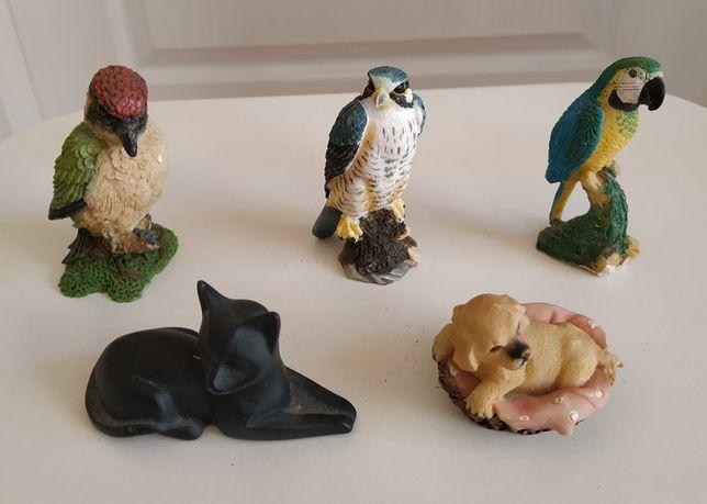 Małe ceramiczne figurki różnych zwierząt.