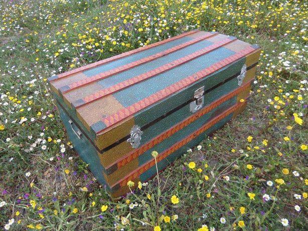 Caixa de mantas antigua restaurada cores de Regea