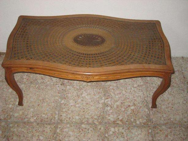 mesa de centro,em madeira de castanho entalhada,palhinha e vidro