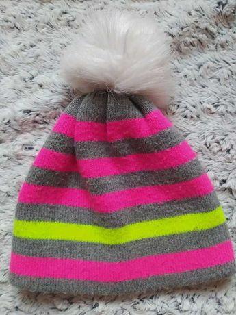 Szara czapka w paski z pomponem