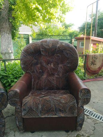 Два кресла в хорошем состоянии.