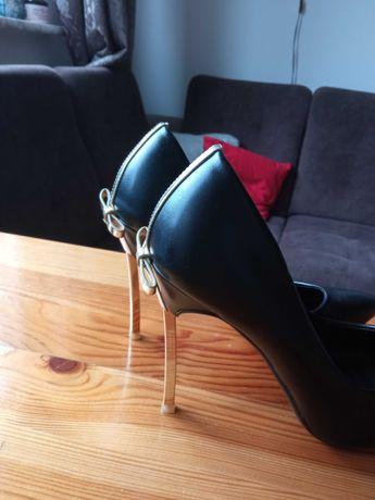 Nowe czarne piękne szpilki ze złotymi zdobieniami r 39
