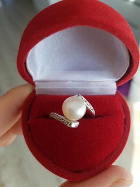 Piękny srebrny pierścionek z perłą pr. 925