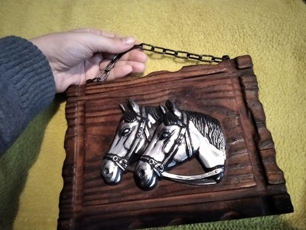 Płaskorzeźba konie