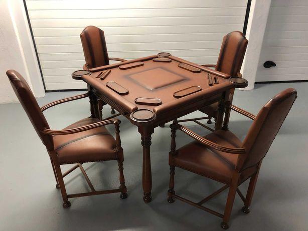 Mesa de jogo e 4 cadeiras em pele