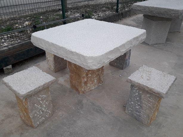 Mesa rústica em pedra picada com bancos em pedra