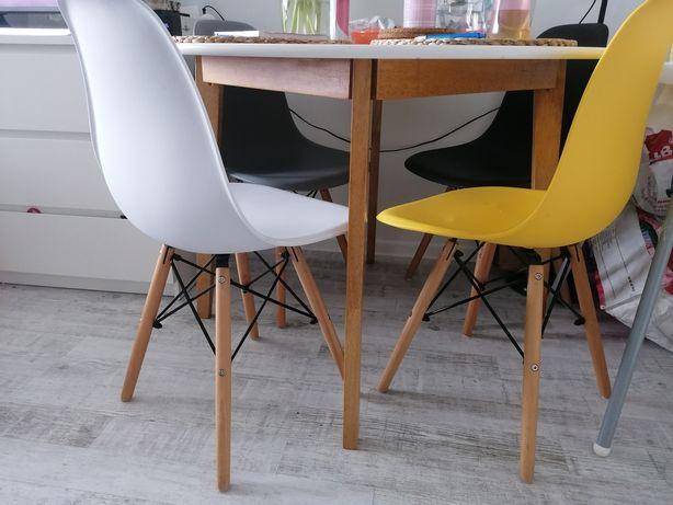4 krzesła plastikowe z drewnem