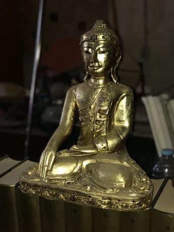 Buda antigo em madeira talhada e em folha de ouro