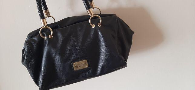 Mała torebka do ręki.