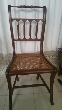 Duas cadeiras com palhinha