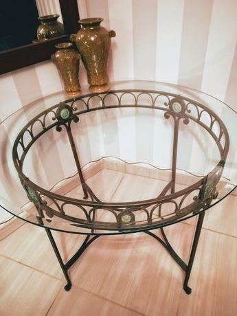 Kuty stół ze szklanym blatem