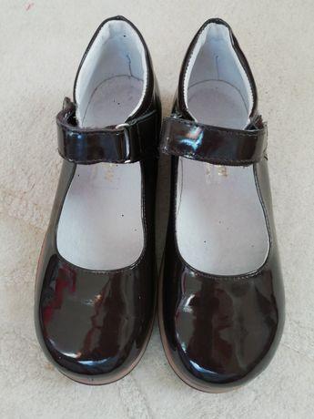 Sapatos de verniz castanhos