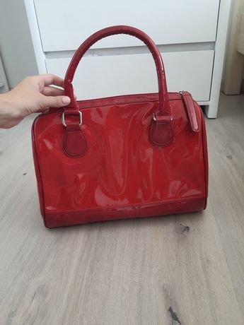 Czerwona, lakierowana torebka