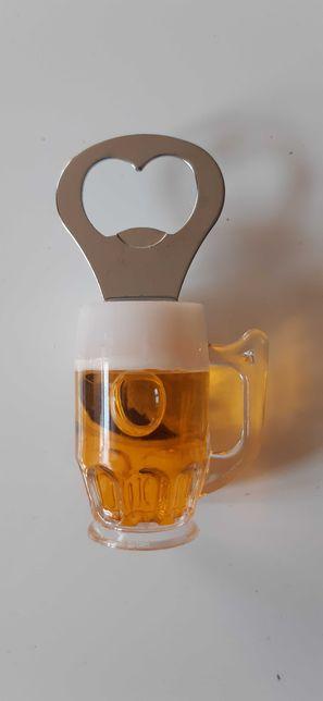 Magnes na lodówkę. Otwieracz. Kufel piwa.
