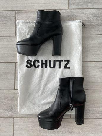 В идеале ботиночки! В пылнике.