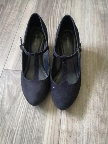 Pół buty na podwyższeniu