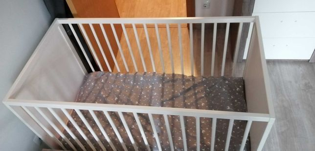 Cama de bebé de grades com colchão