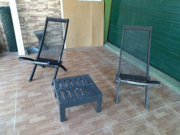 Espreguiçadeiras e mesa de exterior/jardim