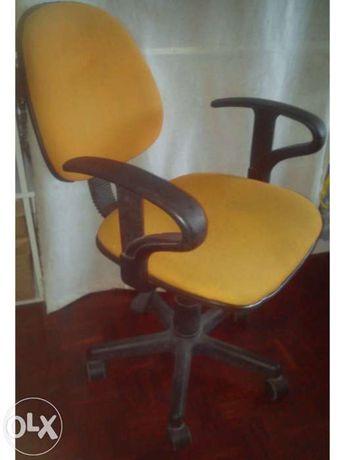Cadeira com rodas, cor-de-laranja também pode ser vermelha