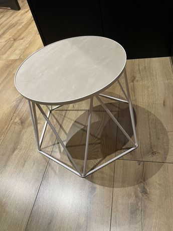 Metalowy stolik pomocniczy
