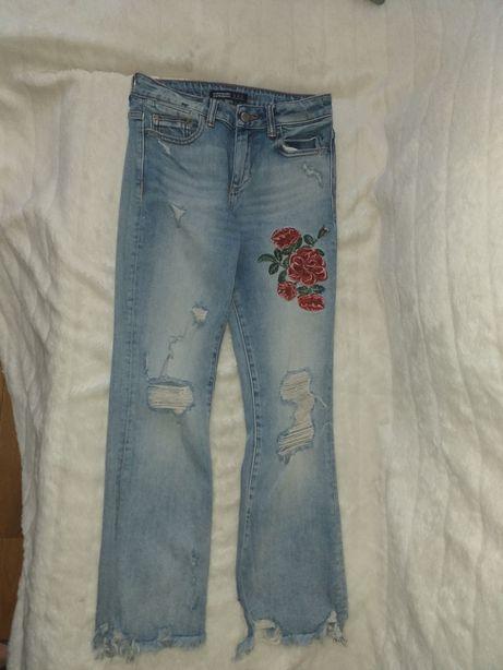 Zara spodnie z dziurami i haftem